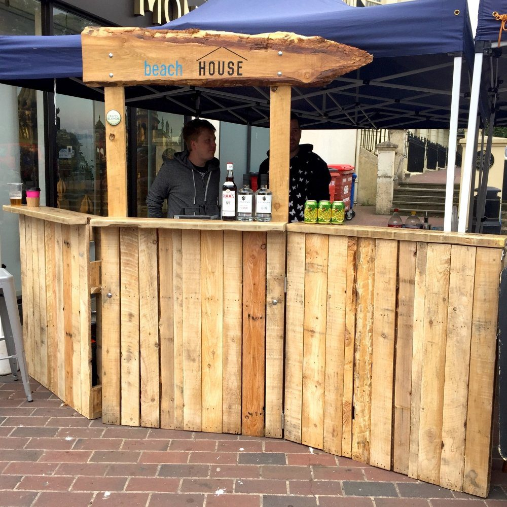 Festival pop up pallet bar which will fit in a car and can be put up and taken down by one person, bar is on wheels and fits on a car.