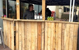 Pop-up-pallet-festival-bar-made-by-reclaimed-materials