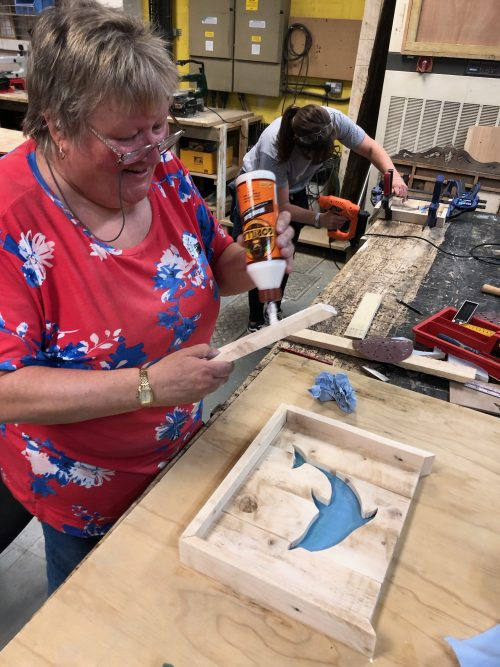 crafty art projects using pallet wood and paint